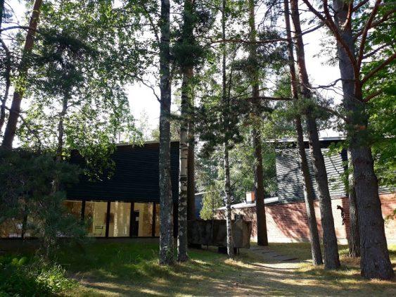 Kuvassa näkyy Taidekeskus Purnu metsäisessä maisemassa kesällä.