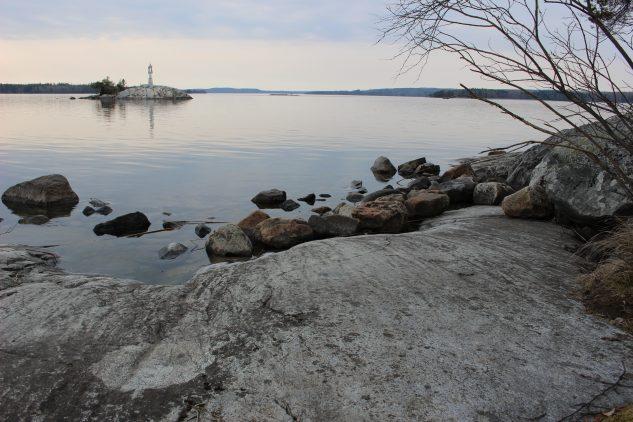 Näkymä kallioiselta rannalta järvelle.