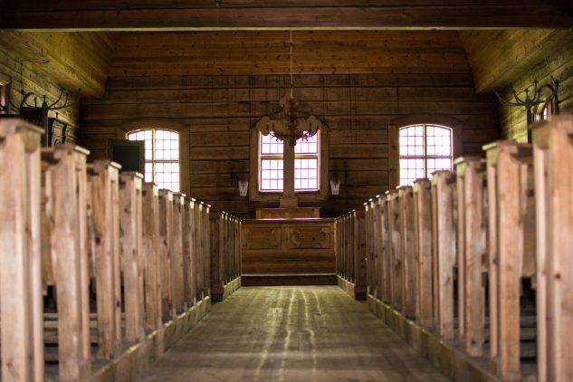 kirkon käytävä